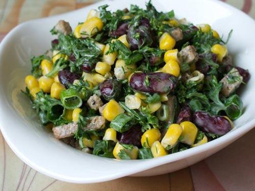 Салат из кукурузы фасоли и сухариков